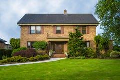 经典二层的砖房子 免版税库存图片