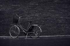 经典倾斜反对街道的葡萄酒行家减速火箭的自行车 库存照片