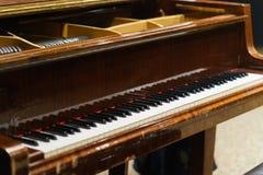 经典关键钢琴 棕色经典之作钢琴 免版税库存照片