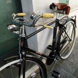 经典减速火箭的样式自行车在Fiorenzuola意大利 免版税库存照片