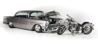 经典减速火箭的样式薛佛列突然行动1956年和哈利戴维森CVO摩托车白色背景,被隔绝 66查出的途径s符号u葡萄酒白色 S 汽车 免版税库存图片