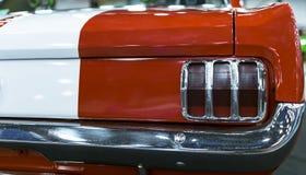 经典减速火箭的葡萄酒红色汽车 一辆老减速火箭的豪华跑车的后面看法 减速火箭的汽车外部细节 免版税图库摄影