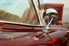 经典减速火箭的葡萄酒红色汽车 汽车镜子 汽车大于1985年 库存图片