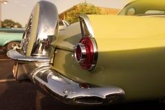 经典减速火箭的葡萄酒黄色汽车 汽车备用轮胎 汽车大于1985年 库存图片