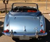 经典古色古香的蓝色奥斯汀Healey的背面图 免版税库存图片