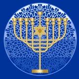 经典古色古香的金烛台,与大卫星,光明节犹太宴餐的标志的九分支的蜡烛台在马赛克啪答声的 免版税库存图片