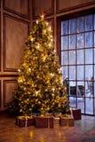 经典圣诞节和新年装饰了内部室 免版税库存照片