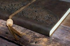 经典在老谷仓板地板关闭的皮革一定的学报书 免版税库存照片