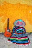 典型吉他帽子懒惰人墨西哥的serape 免版税库存照片
