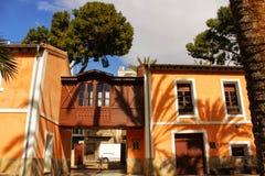 典型和五颜六色的房子在一个棕榈果树园在埃尔切,西班牙 免版税图库摄影