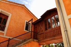 典型和五颜六色的房子在一个棕榈果树园在埃尔切,西班牙 免版税库存图片