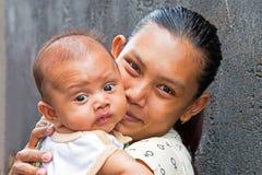 典型地有她的小婴孩的印度尼西亚母亲在龙目岛,印度尼西亚 库存照片