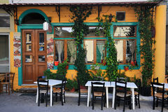 典型希腊的小酒馆 免版税图库摄影