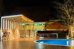 典型放松有游泳池的区域在豪华,热带手段在晚上 库存图片