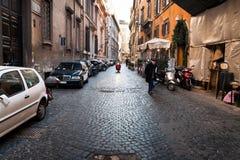典型的中世纪街道在罗马,意大利 图库摄影