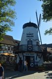 典型的丹麦磨房在Solvang :有他们历史的丹麦的典型的Contructions的丹麦人建立的一个美丽如画的村庄 免版税库存图片