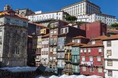 典型的五颜六色的葡萄牙建筑学:瓦片Azulejos门面w 库存图片