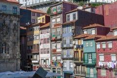 典型的五颜六色的葡萄牙建筑学:瓦片Azulejos门面w 免版税库存照片