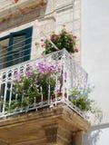 典型的五颜六色的阳台看法在一热的天在Polignano每3月 图库摄影