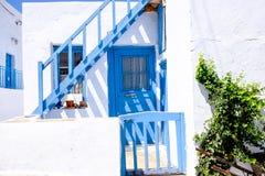 典型的传统门和窗口在希腊白色和蓝色st 免版税库存照片