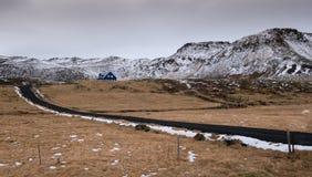 典型的冰岛风景和村庄房子 免版税图库摄影