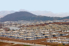 典型的北朝鲜村庄房子的看法  库存图片
