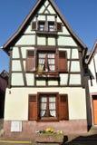 典型的半木料半灰泥的房子在法国04的阿尔萨斯地区 库存照片