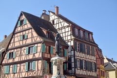 典型的半木料半灰泥的房子在法国10的阿尔萨斯地区 免版税库存照片