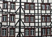 典型的半木料半灰泥的房子细节在蒙绍 免版税库存图片