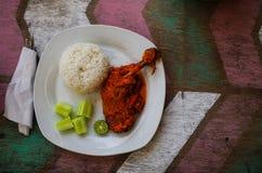 典型的印度尼西亚盘:Nasi Ayam Plecing鸡用米和特别调味汁复制空间权利 免版税库存图片