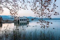 典型的大厦在班约莱斯湖在日落期间的 免版税图库摄影
