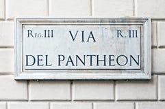 典型的大理石街道名字签到罗马 免版税库存照片
