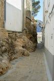 典型的安达卢西亚的街道在镇里 免版税库存图片