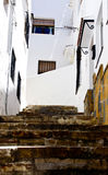 典型的家在安达卢西亚的白色村庄卡萨雷斯 免版税库存照片