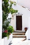 典型的家在安达卢西亚的白色村庄 免版税库存照片