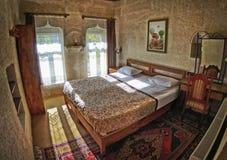 典型的屋子的内部在洞旅馆里 免版税库存照片