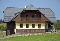 典型的山房子 免版税图库摄影