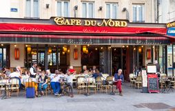 典型的巴黎人咖啡馆du Nord巴黎,法国找出下个Gare du Nord火车站 库存照片