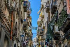 典型的市政房子在夏日,意大利 五颜六色的balconie 免版税库存照片