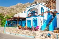 典型的希腊现代蓝色和白色餐馆 免版税库存照片