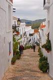 典型的平静的街道在弗里希利亚纳,西班牙镇在一多云天 免版税库存图片