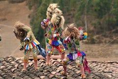 典型的恶魔屋顶舞蹈家叫'在Paucartambo宗教节日的Saqras的 库存照片