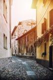典型的意大利街道在一个小省镇 免版税库存图片