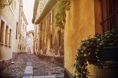 典型的意大利街道在一个小省镇 库存照片
