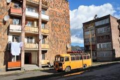 典型的房子和公共汽车,亚美尼亚 阿拉韦尔迪 免版税库存图片