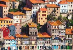 典型的房子在波尔图位于峭壁,从加亚新城,波尔图,葡萄牙的看法 库存图片