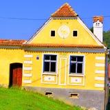 典型的房子在被加强的中世纪教会的区域在村庄Malancrav,特兰西瓦尼亚 库存照片