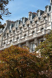 典型的房子门面有阳台的巴黎的第16 arrondisement的 库存照片