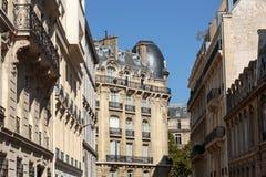 典型的房子门面有阳台的巴黎的第16 arrondisement的 免版税库存照片