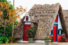 典型的房子,马德拉岛海岛看法桑塔纳的 免版税库存照片